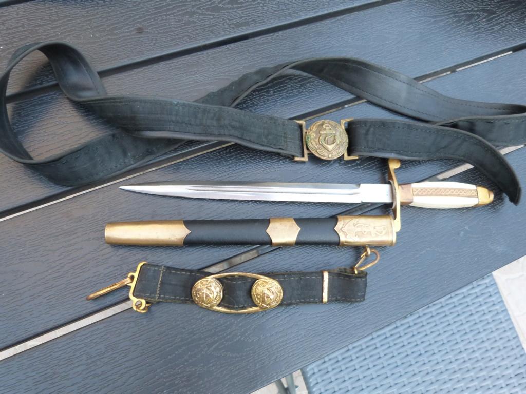 En vacances en Bulgarie : dagues, insignes français, para, médailles, casquette P1070822