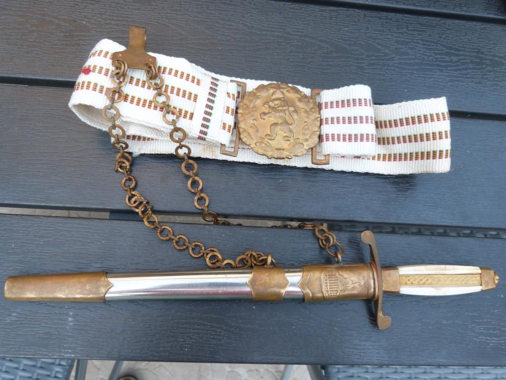 En vacances en Bulgarie : dagues, insignes français, para, médailles, casquette P1070825
