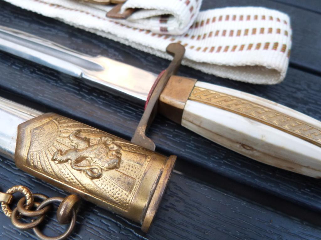 En vacances en Bulgarie : dagues, insignes français, para, médailles, casquette P1070828