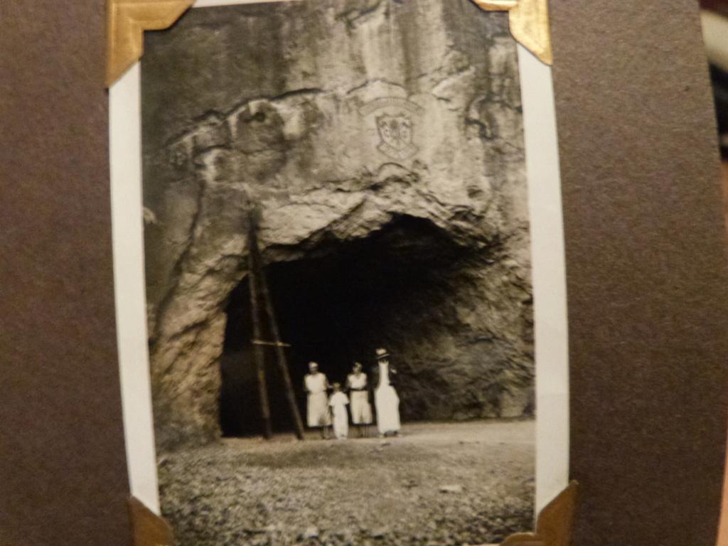 Album photo Maroc 1930, Couteau scout allemand, insignes , fanions ... P1080335
