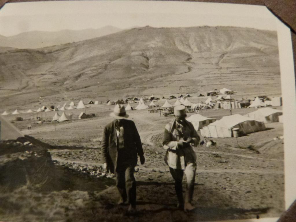 Album photo Maroc 1930, Couteau scout allemand, insignes , fanions ... P1080337