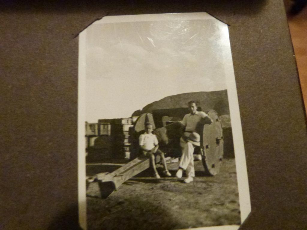 Album photo Maroc 1930, Couteau scout allemand, insignes , fanions ... P1080342