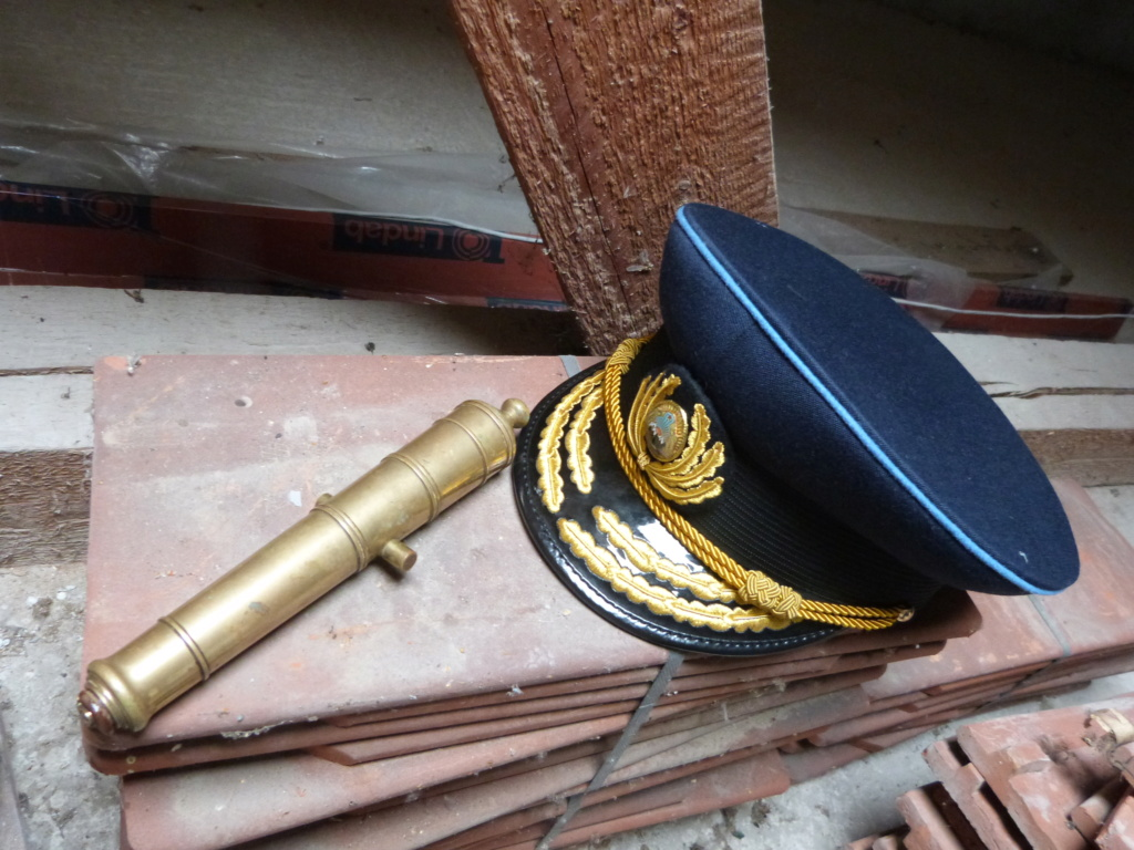 J'avais oublié ... casquette amiral roumain et petit canon marine P1080349