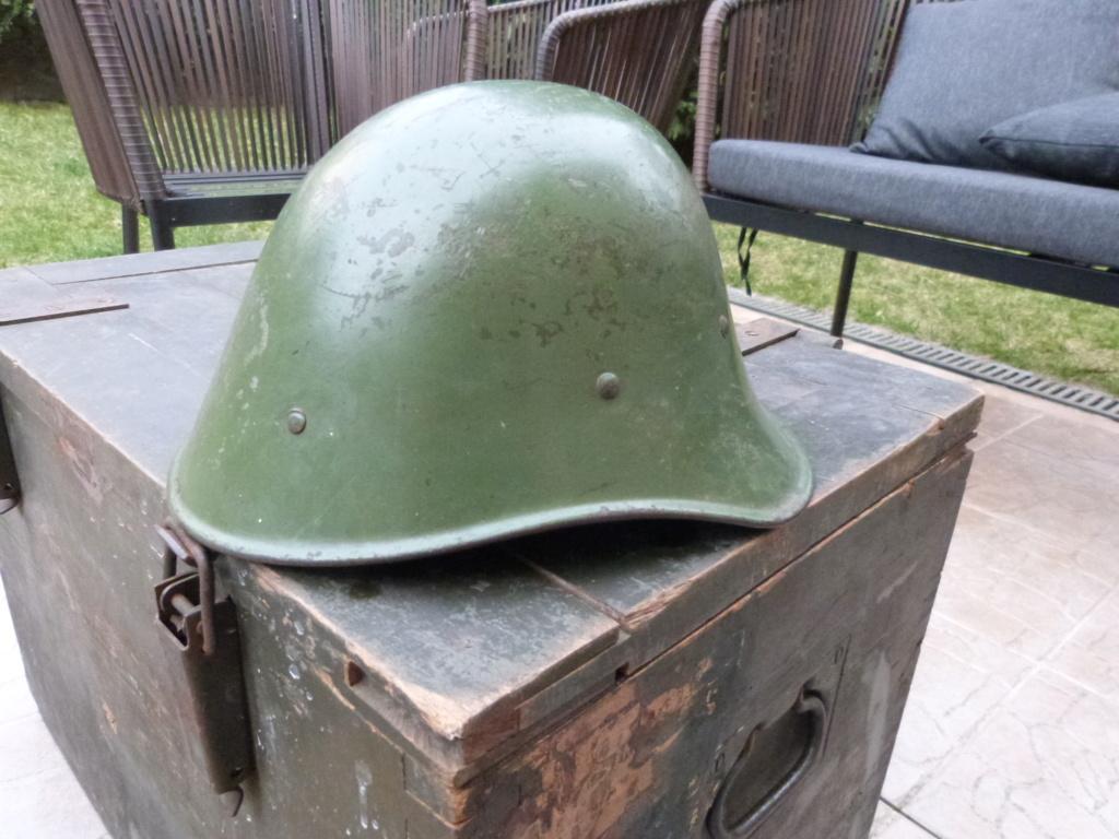 Caisse allemande WW2, casque roumain ww2, epaulettes tankiste, étui jumelles P1080535