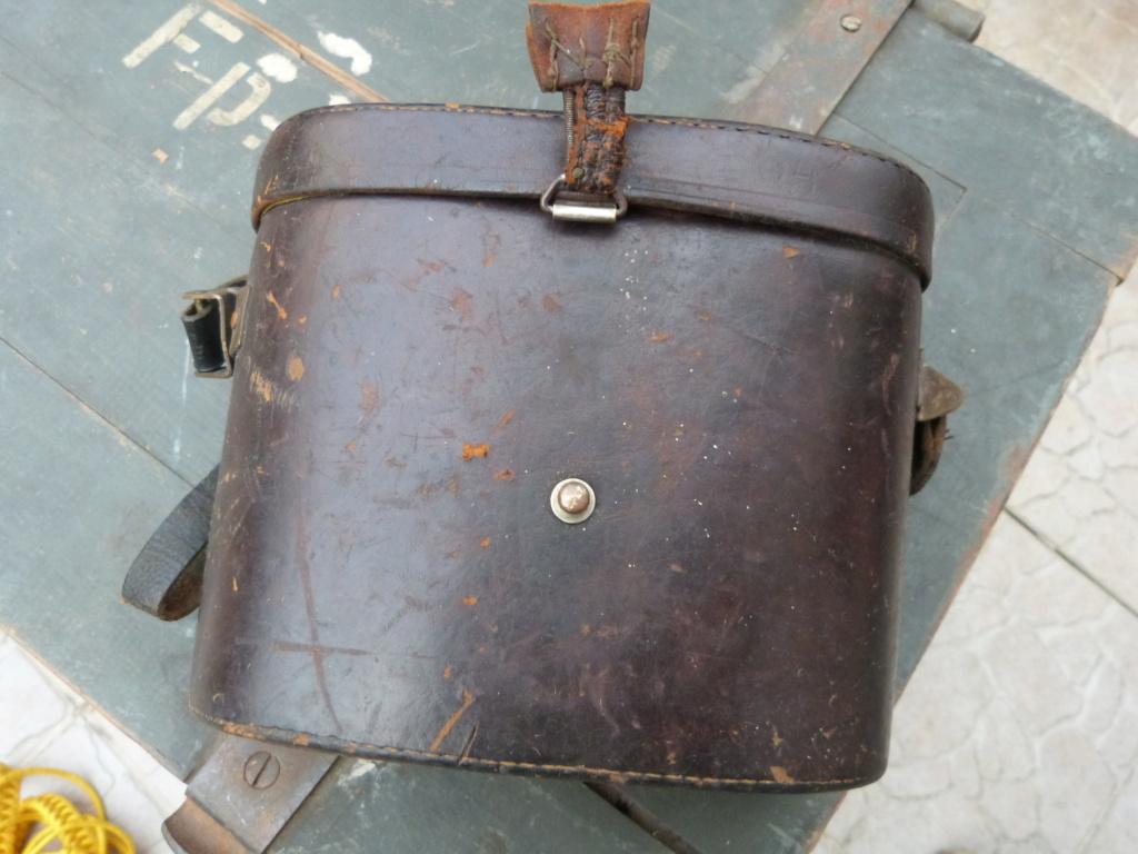 Caisse allemande WW2, casque roumain ww2, epaulettes tankiste, étui jumelles P1080536