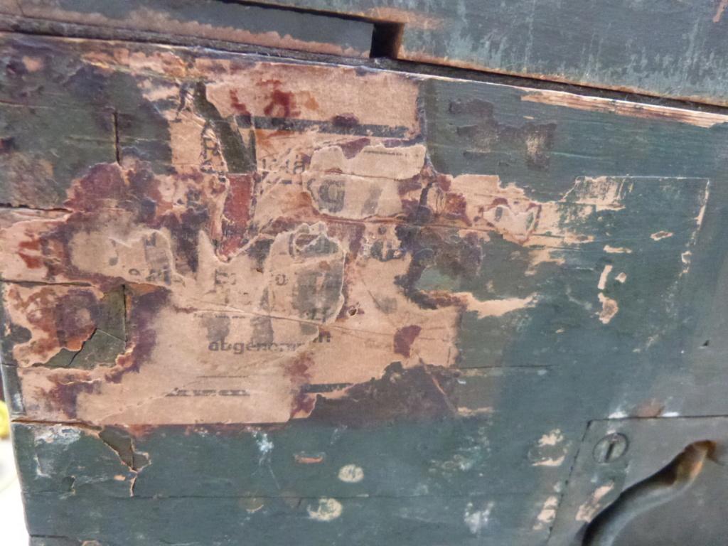 Caisse allemande WW2, casque roumain ww2, epaulettes tankiste, étui jumelles P1080537