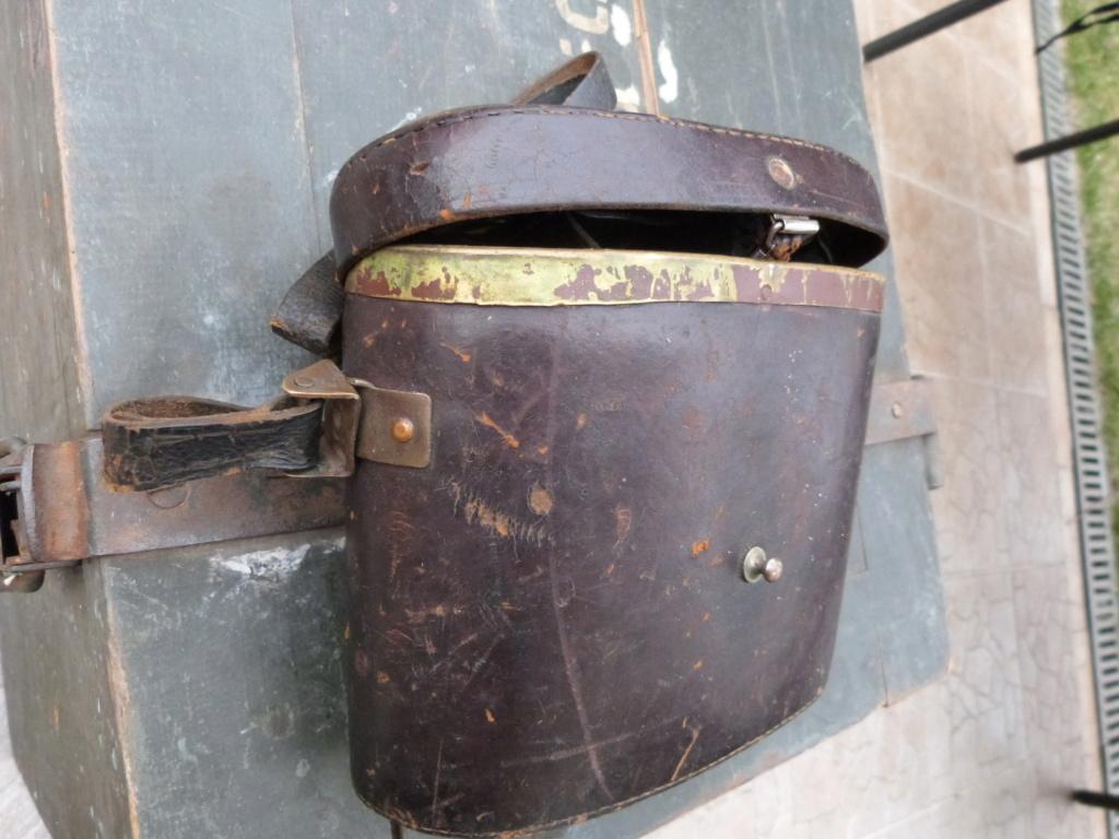 Caisse allemande WW2, casque roumain ww2, epaulettes tankiste, étui jumelles P1080538