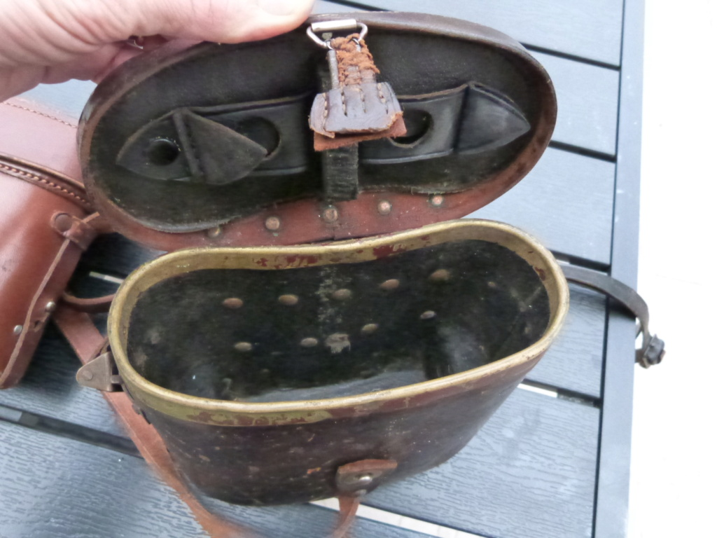 Caisse allemande WW2, casque roumain ww2, epaulettes tankiste, étui jumelles P1080539