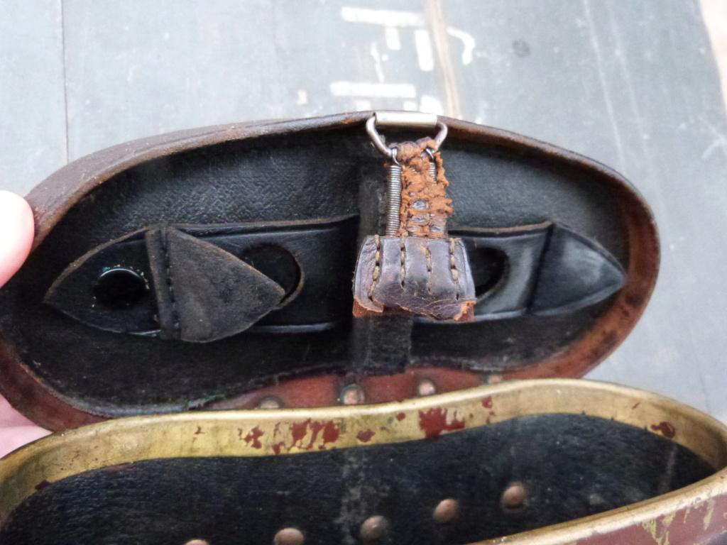 Caisse allemande WW2, casque roumain ww2, epaulettes tankiste, étui jumelles P1080540