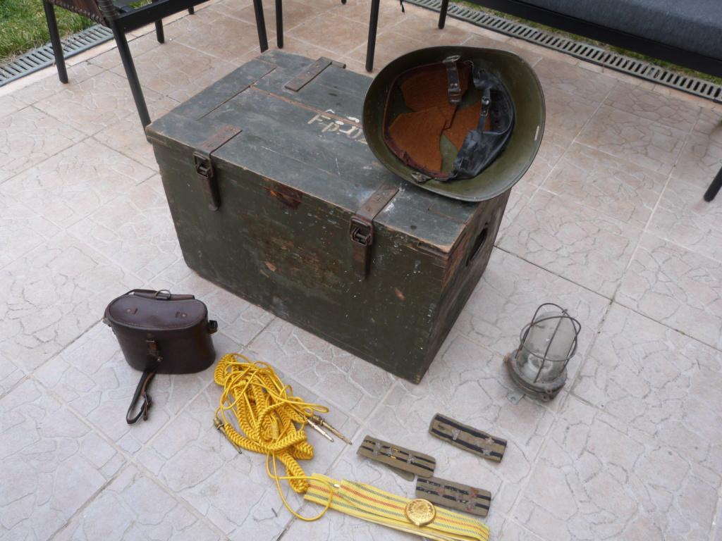 Caisse allemande WW2, casque roumain ww2, epaulettes tankiste, étui jumelles P1080542