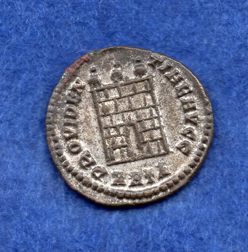 Nummus de Licinio I. PROVIDENTIAE AVGG. Puerta de campamento de tres torres. Heraclea. Rob_1115