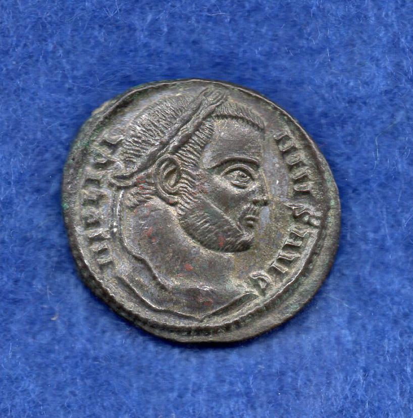 Nummus de Licinio I. CT LAETAE PRINC PERP. Dos Victorias sujetando escudo. Siscia. Rob_1212