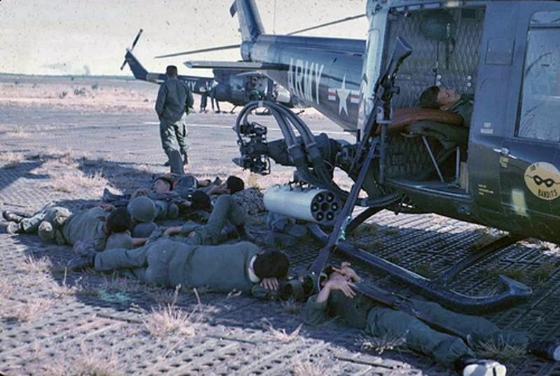 "Bell UH-1C ""Huey Hog"" GUNSHIP [1:48 - Monogram] Huey_r10"