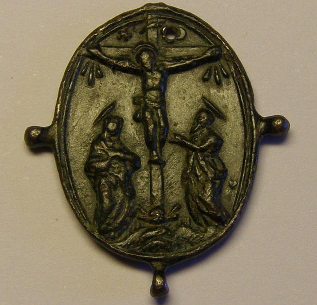 Medalla pezuelada, Cristo en la Cruz y Virgen de Montserrat, (R.M. SXVII-O483) Med_110