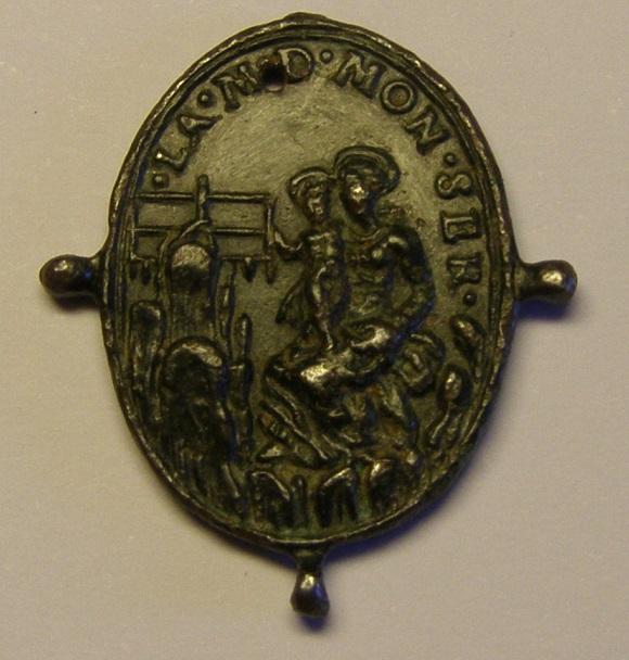 Medalla pezuelada, Cristo en la Cruz y Virgen de Montserrat, (R.M. SXVII-O483) Med_210
