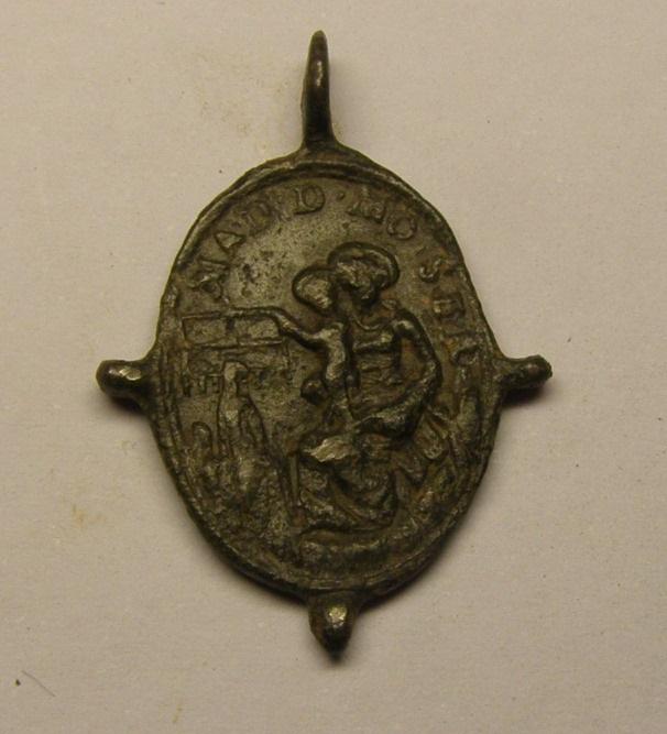 Medalla pezuelada de Nª Sª de Montserrat y San Benito, siglos XVI-XVII. Medmo_10