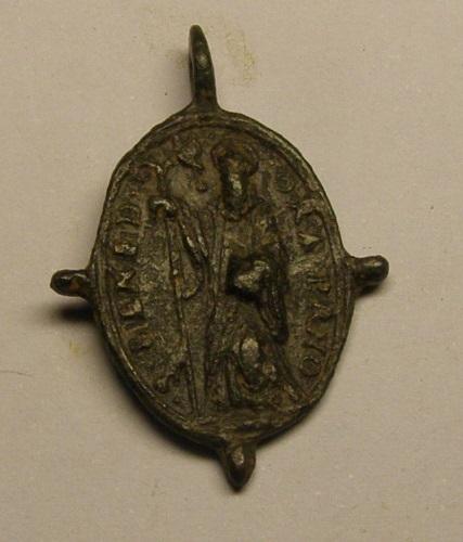 Medalla pezuelada de Nª Sª de Montserrat y San Benito, siglos XVI-XVII. Medmo_11