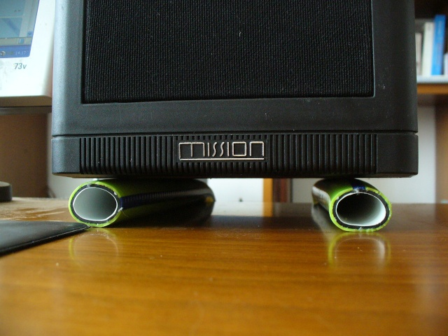Disaccoppiare i diffusori dalla scrivania P1270810