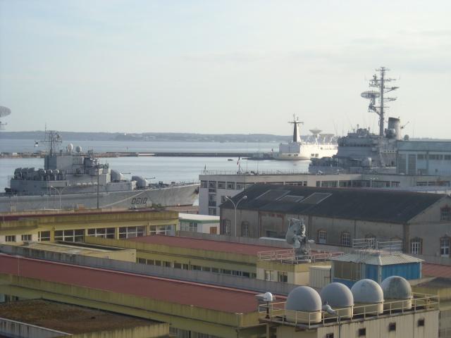 [Les ports militaires de métropole] Port de Brest - Page 4 Dscn1814
