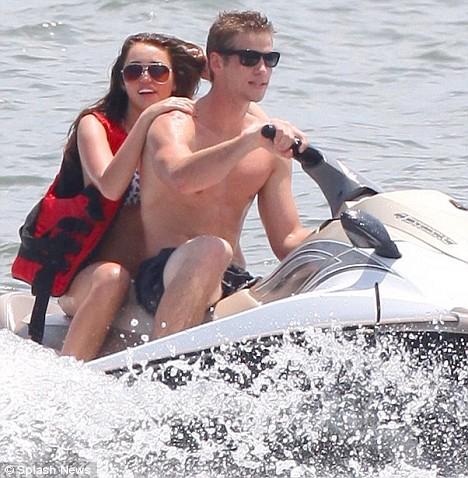 Miley Cyrus na plazi sa Liamom Hemsworthom Miley-12