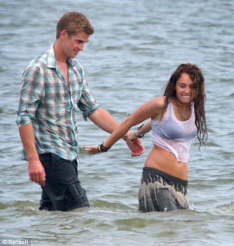 Miley Cyrus na plazi sa Liamom Hemsworthom Miley-14