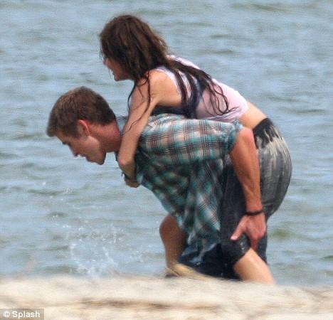 Miley Cyrus na plazi sa Liamom Hemsworthom Miley-15