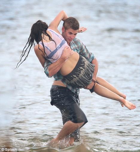 Miley Cyrus na plazi sa Liamom Hemsworthom Miley-16