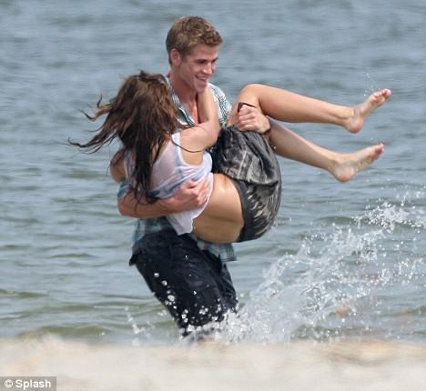 Miley Cyrus na plazi sa Liamom Hemsworthom Miley-17