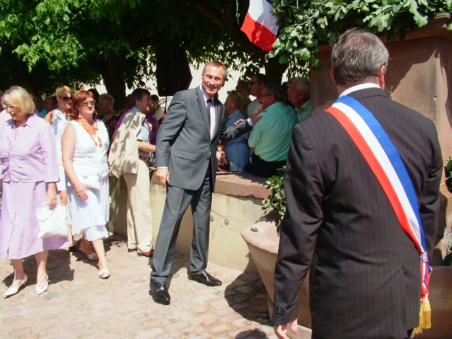 Jean-Marie et Marie-Odile Bockel à la fête de la fontaine de Wangen le 5 juillet 2009 Dscf3511
