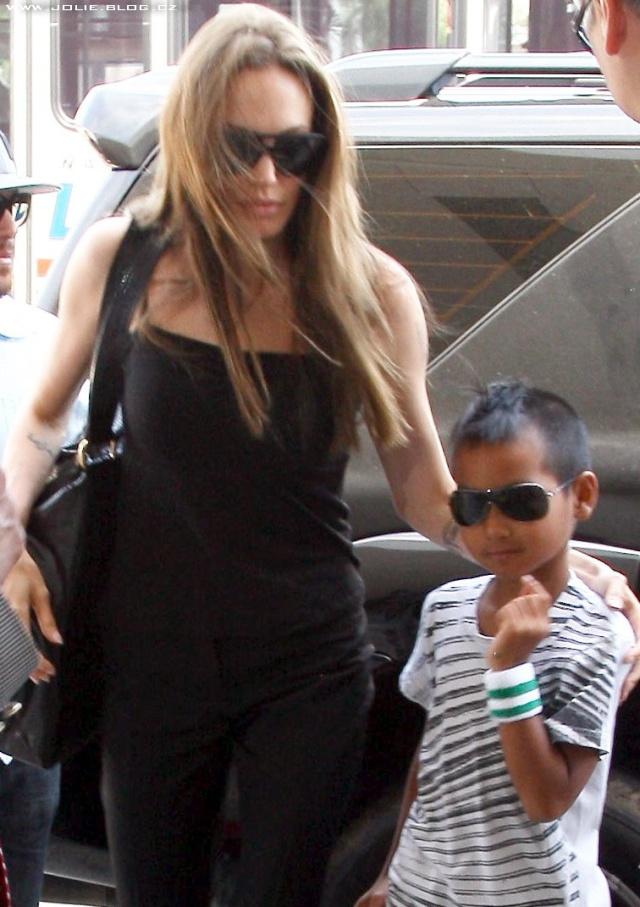 7/21/09 Angelina and Maddox at LA Airport 00813