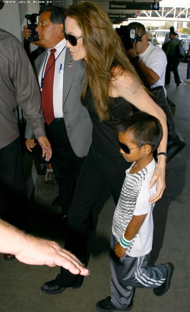 7/21/09 Angelina and Maddox at LA Airport 02410