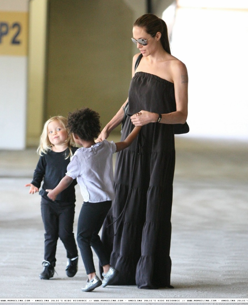 Angelina Jolie And daughters Shiloh and Zahara 06070914