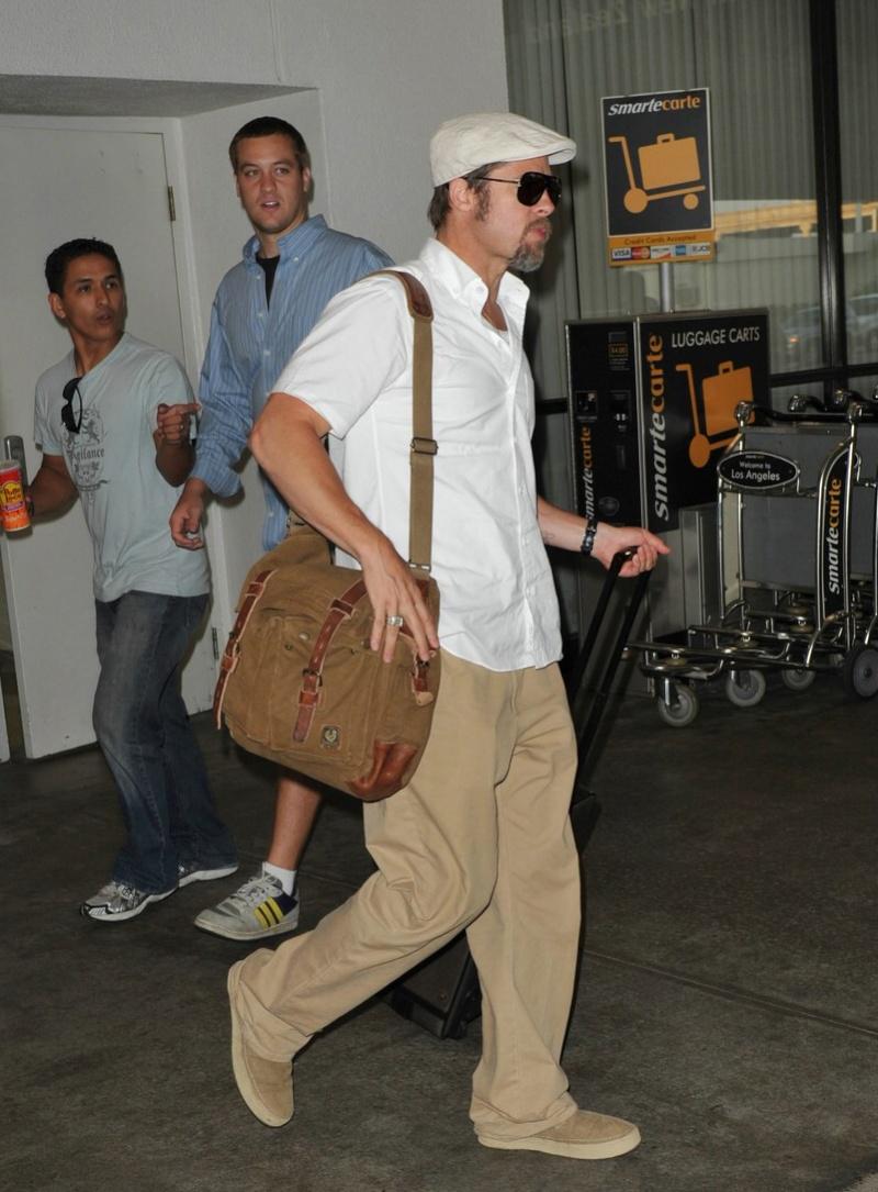 brad arriving at LAX airport 7/30/09 Bradpi10