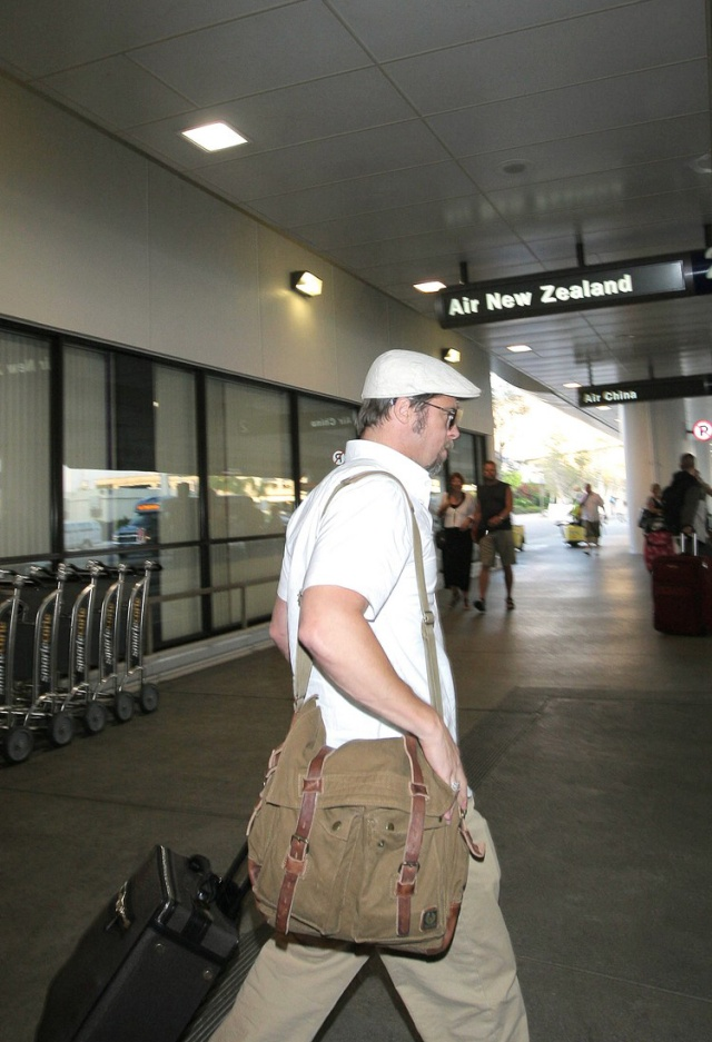 brad arriving at LAX airport 7/30/09 Bradpi11