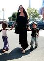 "Angelina leva Pax,Z.Z e Shiloh na loja ""Toys R Us""  em Toulon,França 23.09.09 0510"