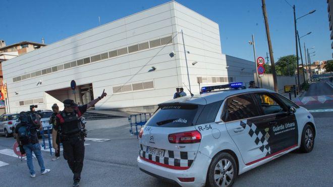 Spanish Police knife attacker shot dead near Barcelona. _1030810