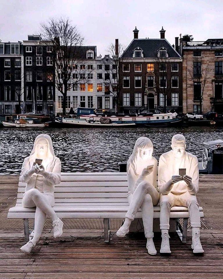 منحوتة في أمستردام بهولندا تصور إدمان إستخدام الهواتف المحمولة. 74701710
