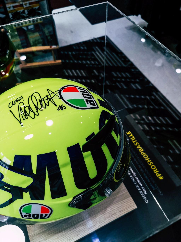 Concours AGV CORSA R signée par Rossi en personne. Prosho11