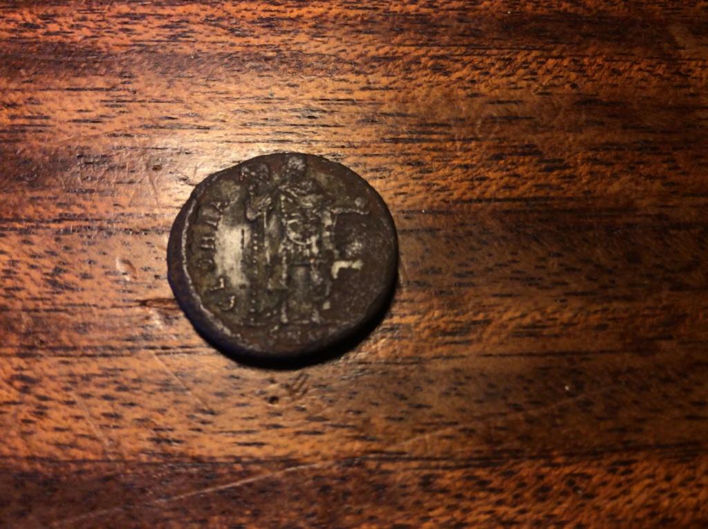 Decargiro de Teodosio I. GLORIA ROMANORVM. Emperador con lábaro. Nicomedia Moneda11