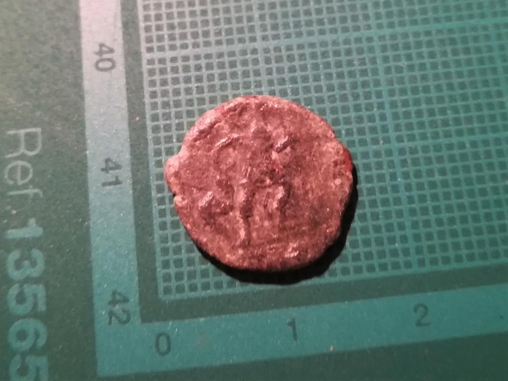 AE3 recortado tipo GLORIA ROMANORVM. Emperador con lábaro y cautivo. 215