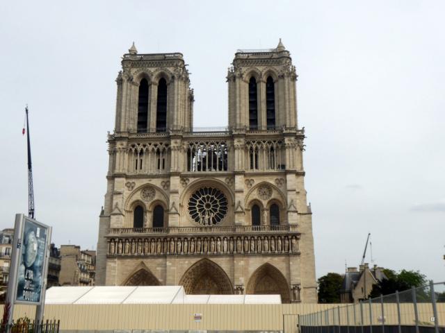 Notre Dame, face sud, sous un ciel gris. 1-00121