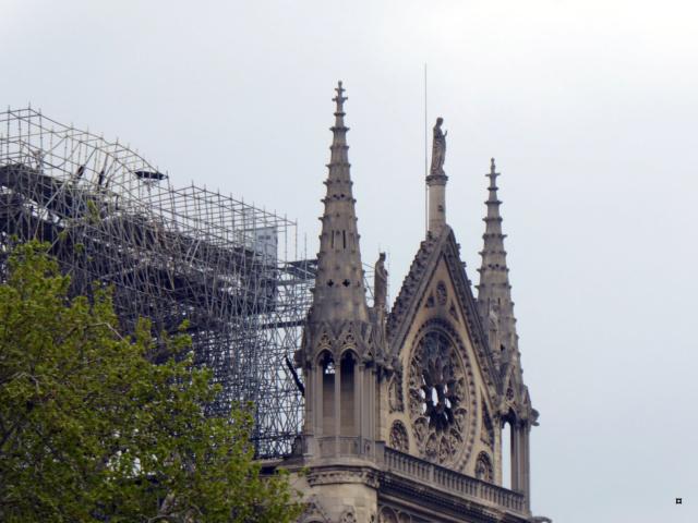 Notre Dame, face sud, sous un ciel gris. 1-00417
