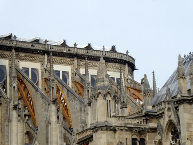 Notre Dame, face sud, sous un ciel gris. 1-00419