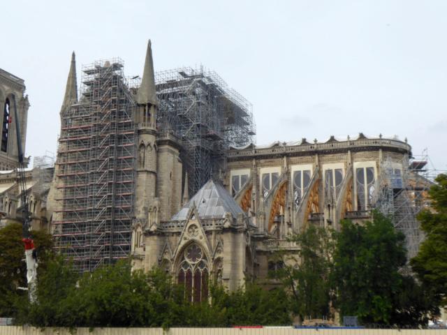 Notre Dame, face sud, sous un ciel gris. 1-00718