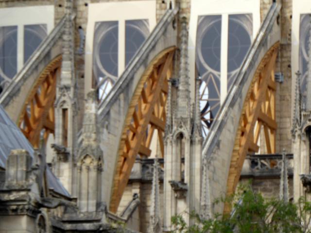 Notre Dame, face sud, sous un ciel gris. 1-00919