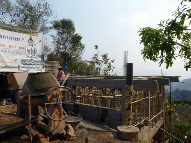 Un petit temple, sans doute unique en Thaïlande. 1-01015