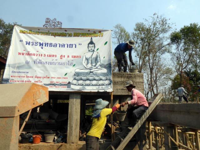 Un petit temple, sans doute unique en Thaïlande. 1-01112