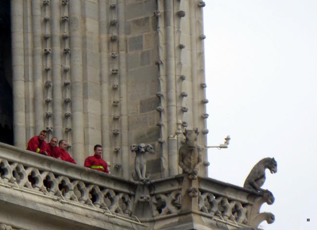 Notre Dame, face sud, sous un ciel gris. 1-01812