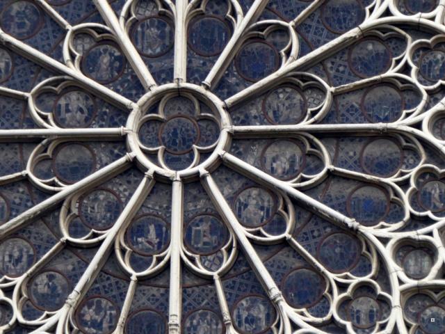 Notre Dame, face sud, sous un ciel gris. 1-02713