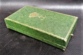 une boîte à médaille en identification au monograme royal de... 11862510